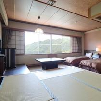 赤谷湖を望むツインベッドと6畳小上りの機能的な和洋室。お連れ様とおしゃべりが盛上りそう。