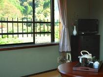 窓からは見えるのは、山とのどかな田園風景。
