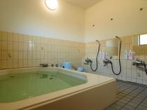 男女別浴室は1階です。温泉ではありませんが、ゆっくり温まってください。