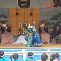 毎年10月2日には、地区の小学生が三番叟を踏みます。