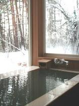 温泉露天付きゆったりルームのお風呂で雪見♪