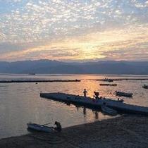 朝日が昇る敦賀の海、宿前で釣り体験が楽しめます。