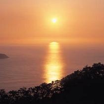 敦賀湾に沈む夕日、水晶浜や杉津など夕日のメッカにも至近