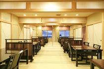 広間は畳に椅子席で身体に優しい造り。日によっては個室にも対応しております。
