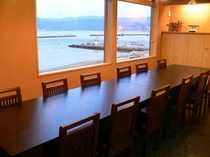 オープンキッチン前のテーブルダイニング12席