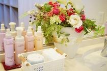 浴場にはシャンプー、リンス、ボディーソープほかスキンケア用品などアメニティーをご用意しています。