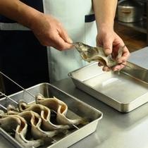 調理-虹鱒の串焼き(串刺し)