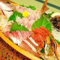 【ご夕食一例】新鮮な魚貝類をどーんと盛り付けた舟盛