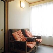 *【客室一例】読書やまどろむのに最適なソファーのある「錦の間」