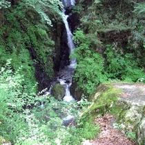 *【周辺・景観】澄んだ水が細長く三段になって流れる「三段の滝」