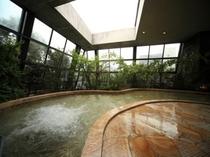 四季の湯女湯:天窓と壁面ガラスが開閉
