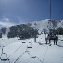 リフトから鉢伏山頂を眺める