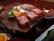 じゅじゅ〜っと朴葉の上でお好みの焼き加減で。飛騨牛サイコロステーキ(一例)