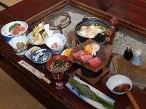 夕食は、囲炉裏を囲んで。飛騨牛や百姓鍋付き(一例)