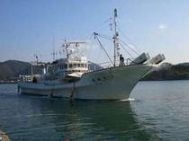 入港する底引き船