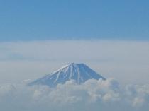 次第に雪の消えてゆく初夏の富士山