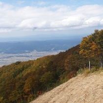 *【周辺(秋)】木々が一気に色づき始め、色鮮やかに染まります。