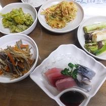*【夕食一例】自家菜園で育てた野菜をはじめ、肉料理、魚料理などが食卓を彩ります。