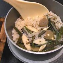 *【山菜釜飯】お米がもちもち熱々!山菜の良い匂いと味が口に染みわたります♪