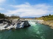 かご岩の上から観る鬼怒川と女峰山