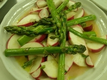 アスパラと赤カブのサラダ