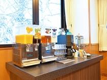 【朝食ビュッフェ】ドリンクコーナーではコーヒーや麦茶、ジュースなどご用意しております。