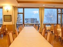 【新館2階・レストラン】大きな窓からはニセコの風景が♪晴れた日には羊蹄山が眺められます。