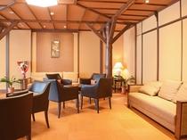 【本館2階・パブリックスペース】リニューアルで新しくなった空間でごゆっくりお寛ぎください。