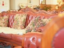 【新館1階・ラウンジ】広々とした空間で休憩やご歓談など、自由な時間をお過ごしください。