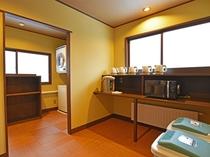 【本館2階・パブリックスペース】電気ポットや電子レンジなど、ご自由にご利用いただけます。