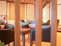 【館内】あたたかい雰囲気の空間でご家族やお仲間との会話も弾みます。