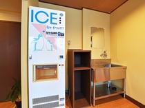 【本館2階・パブリックスペース】無料でご利用いただける製氷機を設置しています。