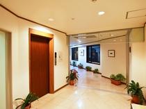 【館内廊下】お荷物が多いときに便利なエレベーター。新館にございます。
