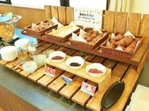 【朝食ビュッフェ】おすすめの焼きたてパンと手作りジャムは人気のひとつ。
