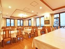 【新館2階・レストラン】みなさまで会話を交えながら、自慢の朝食をお楽しみください。