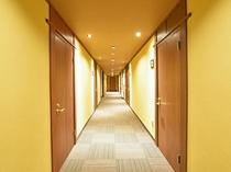【館内廊下】明るくあたたかい雰囲気の館内。