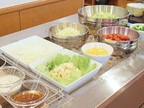 【朝食ビュッフェ】お好みのお野菜とドレッシングでサラダはいかがでしょうか♪