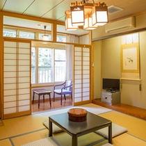 和室8畳+板の間があります