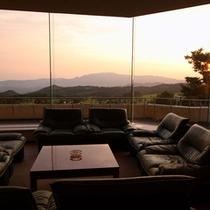 【施設からの眺め】大きな窓からは美しい夕焼けがご覧いただけます