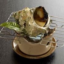 【逸品/サザエ壺焼き】ジューシーで海の香を楽しめるサザエは日本酒や焼酎によく合います※イメージ