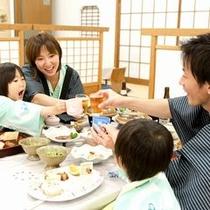【夕食】お食事どころでご用意します。家族の笑顔が一番広がる場所ですね。