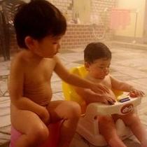 【お子様イス】大浴場にはお子様用椅子が2種類備わっていて安心♪