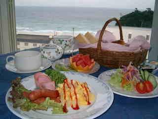海の見えるダイニングで優雅な休日の朝食を・・・焼きたてパンが美味しい♪【朝食付プラン】
