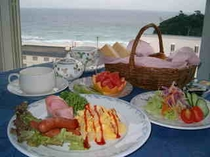 海を眺めながらの爽やかな朝食