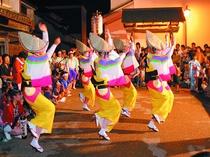 8月13日に行われるうだつの町並みの阿波踊り