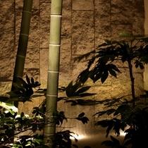 中庭「飛天の滝」