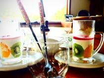朝食イメージ 食後の自家製デザート フルーツヨーグルトムース ラズベリーソース添え