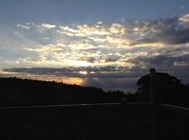 早朝のテラス 薄明光線と雲の壮大なショー 天使の梯子も