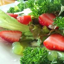 朝食イメージ 初夏のtossed salad イチゴとひとつずつ剥いたデラウェアがアクセント