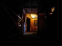 夜の館内(洞窟温泉渡廊下)